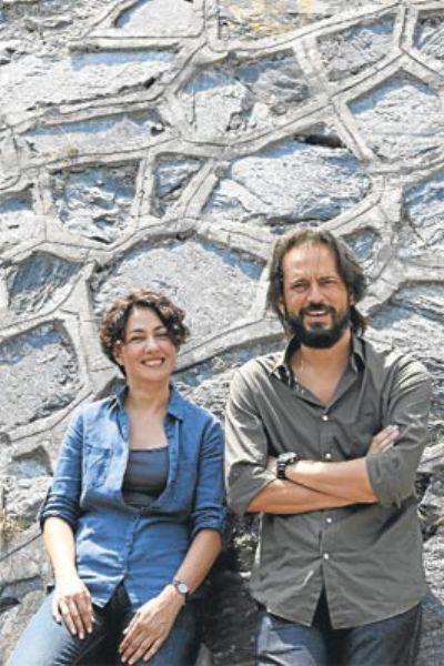 Ajan olmak için ders aldılar  Meltem Cumbul ve Timuçin Esen 7 yıl aradan sonra biraraya geldiler. 'Gönül Yarası' adlı sinema filminde birlikte rol alan ve oldukça beğenilen ikili 'Labirent' adlı sinema projesiyle karşılıklı kamera karşısına geçmeye hazırlanıyorlar.   Tolga Örnek'in yönetmenliğini üstlendiği Türk-Alman ortak yapımı filmin geçtiğimiz günlerde çekimlerine başlandı. 3 hafta sürecek polisiye-aksiyon tarzındaki filmde Türkiye ve etrafındaki casusluk dünyası anlatılırken Timuçin Esen- Meltem Cumbul ikilisi, aralarında duygusal bir ilişki olan iki ajanı canlandıracak.   Yönetmen Örnek, iki oyuncunun da iki ay öncesinden dövüş ve atış dersleri aldıkları filme, çok yakıştıklarını düşündüğü için ve atletik yapıları nedeniyle seçildiklerini söyledi.