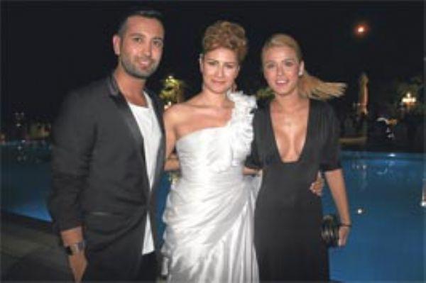 Aşkın ilk karesi   Oyuncu Ceyda Ateş ile popçu Tan'ın aşkı yakın dostları mimar Pınar Çelebi'nin düğününde ortaya çıktı. Ankara Bilkent Otel'de düzenlenen nikaha birlikte katılan çift ilk kez objektiflere poz verdi.   Bir süredir isimleri beraber anılan çift bu fotoğrafla beraber ilişkilerini de itiraf etti. Geçen yıl göğüslerine silikon yaptıran Ateş'in düğünde giydiği derin dekolteli elbisesi dikkat çekti.