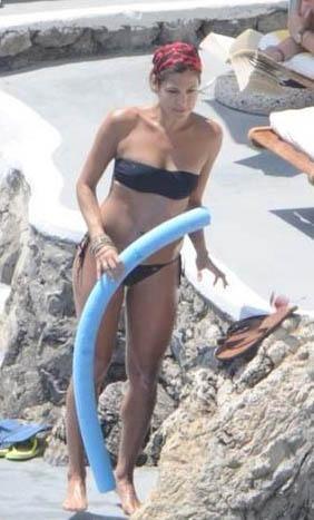Güzel bir evi ve bahçesinde de şık bir yüzme havuzu var. Ama seksi yıldız Eva Mendes yüzmeyi bilmiyor. Çünkü o da sudan korkuyor. Sevgilisiyle çıktığı tatilde yüzmeye yardımcı 'makarna' ile denize girerken görüntülenmişti.