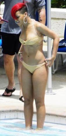Rihanna defalarca denizde ya da havuzda görüntülendi. Ama onun da suyla ve yüzmeyle ilgili sorunları var. Çok da iyi yüzemeyen Rihanna sudaki canlılardan da ürküyor. Özellikle de balıklardan. Sadece balıklar da değil Rihanna'nın korkusu. Suya girdiğinde çevresine herhangi bir deniz canlısının yaklaşmasını istemiyor.