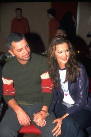 HEP ALDATILDI AMA HİÇ PES ETMEDİ   1993 Türkiye İkinci Güzeli Emel Yıldırım ile işadamı Erdal Acar'ın öyle inişli çıkışlı bir ilişkisi oldu ki... Araya başka kadınlar, kaçamaklar, aşklar girdi ama Acar her seferinde Yıldırım'a geri döndü.   Yıldırım, kraliçe seçilmesinden kısa bir süre sonra Türkiye'nin en ünlü playboy'larından Erdal Acar ile tanıştı. O sırada Aylin Hanım ile evliydi Acar. Ama gönlüne söz geçiremedi ve Yıldırım'a kalbinin kapılarını açtı o da...