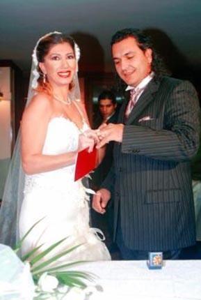 NADİDE'Yİ BOŞAYIP ESKİ EŞİNE DÖNDÜ   Şarkıcı Nadide Sultan bir dönem işadamı Murat Sakaryalı ile dünyaevine girmişti. Ancak hiç beklemediği bir şekilde eşi boşanma davası açtı.