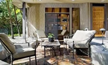 Evin önündeki veranda salon görünümünde.