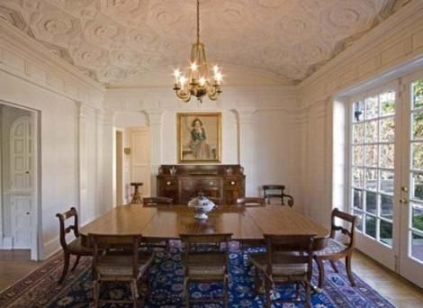 Ev aslına bakılırsa yaşı 30'a bile gelmemiş ünlü şarkıcı için olduça klasik.   Swift'in Nashwille'deki evi için ev için istediği rakam 1 buçuk milyon dolar.