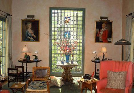 Evin dinlenme köşelerinden birinin duvarları tablolarla süslenmiş.