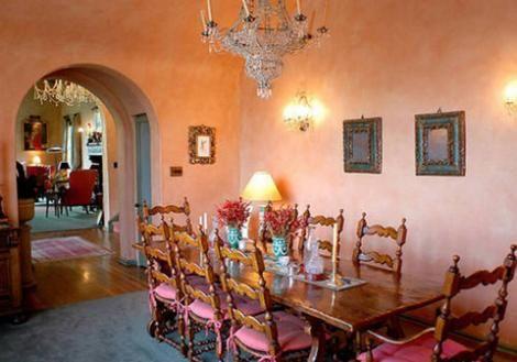 Yemek odası klasik tarzda döşenmiş.