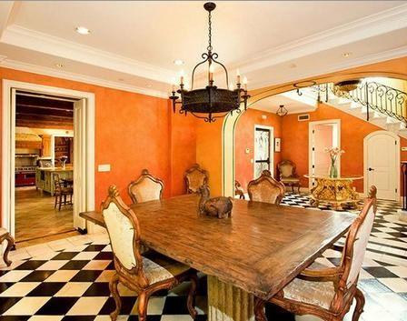 Alt kattaki yemek odası.