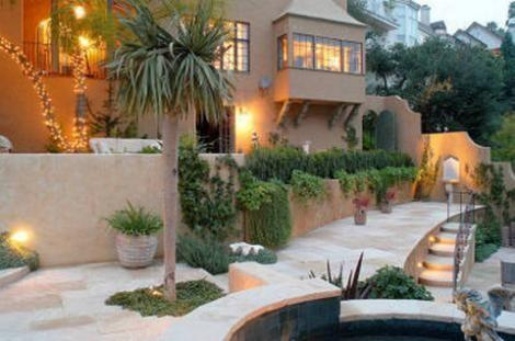 İspanyol tarzındaki evin bahçesinin dekorasyonu için de büyük çaba harcanmış.
