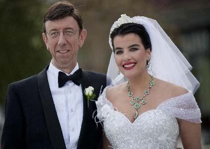 """Oyuncu Şahnaz Çakıralp daha önce Prof. Dr. Murat Öncel ile aşk yaşadıkları iddiasına """"sadece arkadaşız"""" diyerek cevap vermişti. Ama sonra çift mayıs ayında nikah masasına oturdu. Şahnaz Çakıralp ve Murat Öncel'in nikah şahitliğini Prof. Erdoğan Teziç ve Kurtbay Öncü yaptı. Çakıralp'in hayatını birleştirdiği rof Dr Öncel, dünyaca ünlü bir göz doktoru. Çakıralp ile Öncel'in düğün törenine seçkin bir davetli topluluğu katıldı."""