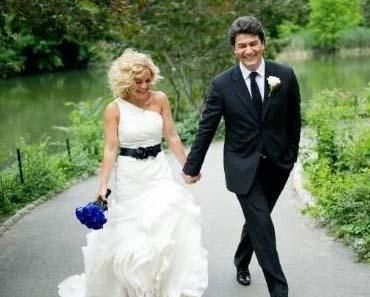 Ünlü sunucu Vatan Şaşmaz'dan da bir nikah sürprizi..  Şaşmaz, temmuz ayında Nurşen Kocayaş ile New York'ta evlendi.