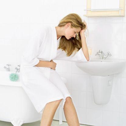 Yumurtalık kistleri kansere dönüşebiliyor  Rahimde yeni gelişen bir miyom veya menopoz dönemindeki endometrial hiperplazi (Rahim içi zarı kalınlaşması), belirti vermeyip düzenli kontrollerde saptanabilir. Endometrial hiperplazinin bazı tipleri ve tedaviye dirençli olanları rahim kanserine dönüşebilir.   Düzenli muayeneler ile rahim kanserine karşı önlem alınmış olur. Rahim içi kalınlığını artıran diğer sebepler ise polip ve rahim içine doğru büyüyen urlardır (Submuköz miyom).   Düzenli kontrollerle bu patolojik durumlar saptanıp, ilerlemeden histereskopik (Rahim içinin gözlenmesi) yöntemle tedavisi yapılır. Doğum kontrolü için spirali olan bayanların düzenli senelik kontrollerinde, hem enfeksiyon hem smear testi hem de spiralin yeri konusunda gerekli muayene yapılarak, destek sağlanır.   Yumurtalıklarda olan kiste ait problemler, adet düzensizliği veya ağrı yapabildiği gibi sinsi de seyredebilir. Yumurtalık kistleri, kişinin yaşı arttıkça kanser olma ihtimalini de artırmaktadır. Yapılan düzenli muayeneler ve tetkiklerle, yumurtalık bölgesi problemlerinin önüne geçilir.