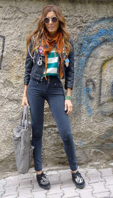 Deniz Berdan  Rengarenk stilini yaptığı her işe, özellikle de şimdilerde yaptığı tasarımlara yansıtıyor. Günlük hayatında da birçok rengi deseni ve parçayı karman çorman karıştırıyor ancak nasıl yapıyorsa ortaya stil sahibi bir kombin çıkarmayı ve en önemlisi her giydiğini kendisine yakıştırmayı çok iyi biliyor.
