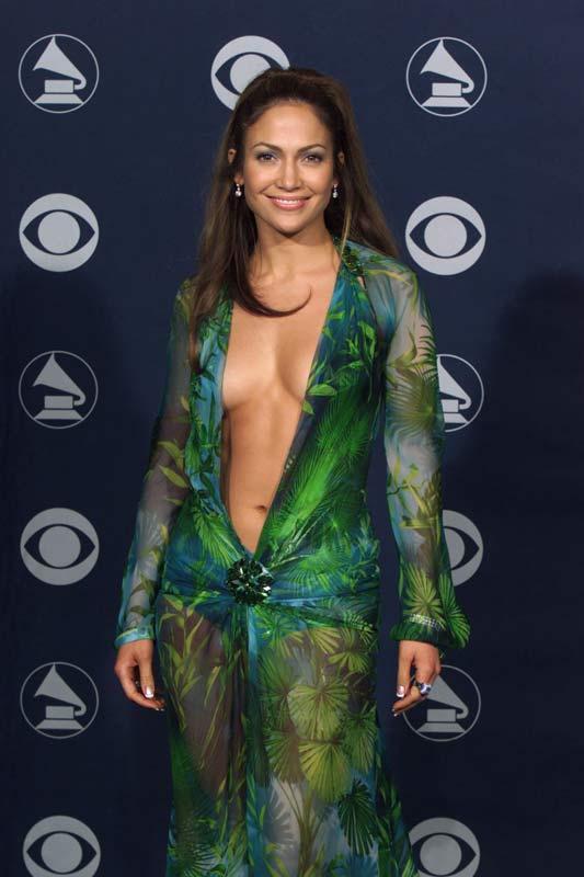 Jennifer Lopez  Kırmızı halının vazgeçilmezlerinden, en ilgi çekenlerinden Jennifer Lopez için sırt dekoltesi, göğüs dekoltesi veya bacak dekoltesi fark etmiyor. Onun üzerinde bu dekolteler bazen oluyor bazen olmuyor ama Jennifer Lopez'de öyle bir kendine güven ve cesaret var ki denemekten hiç vazgeçmiyor ve asla sıkıcı olmuyor.