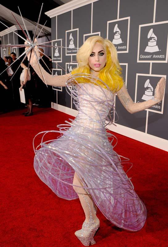 """1-    Lady Gaga   Böyle bir liste yapılır da Lady Gaga en başı çekmezse şahsen ben o listeyi atın gitsin derim. Moda ve cesaret bir araya geldi mi, bunun en güzel örneği Lady Gaga'dır. Birçoğumuz onun bu absürtlüğe varan stilini yüksek sesle eleştirdik, hiç beğenmedi, hatta en kötü giyinen ünlüler listesinde onu en başa koyduk, her seferinde """"yok artık"""" dedik ama o bizi yine şaşırtmayı başardı."""