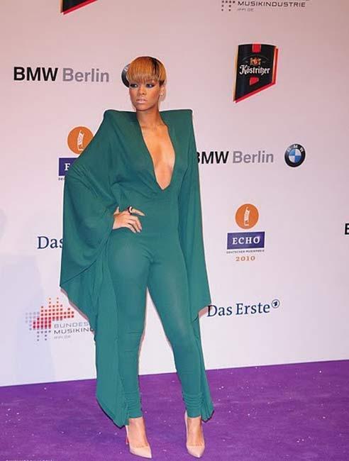 3-    Rihanna   Bu listenin olmazsa olmazlarından biri de şüphesiz ki Rihanna. Rihanna'nın çok kuvvetli ve kendine has bir stili var ama bir o kadar da değişken. Değişmeyen şey değişimdir deriz hep ama değişimden hep de bir korkar tedirgin oluruz. İşte bu çekinme belli ki Rihanna'da kesinlikle bulunmuyor. Nitekim onun kadar kendisiyle, saçı başıyla, giyim tarzı ile oynayan az bulunur.
