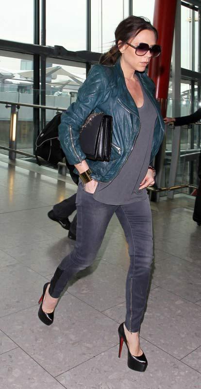 Victoria Beckham  Victoria Beckham mesela topuklu ayakkabı denince ilk akla gelen ünlülerden biri çünkü en yüksek ve ince topuklu ayakkabıları hep o giydi. Hatta yetmedi, yeri geldi yandaki resimde gördüğümüz yüksek ve topuksuz(!) ayakkabıyı bile ilk giyen o oldu. 6 aylık hamileyken bile 15 cm topuklu ayakkabı giyen bir kadından söz ediyoruz. İnsan anatomisini zorlayacak türden bu ayakkabıları giymek ve de günlük hayata taşımak (hele de hamileyken) oldukça tehlikeli.