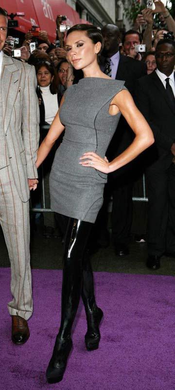 2-    Victoria Beckham   Victoria Beckham da son dönemde kendinden en çok bahsettiren moda ikonlarından. Bir Spice Girl'ken önce bir futbolcu eşine sonar da bir moda ikonuna dönüştü. Bu dönüşüm büyük bir başarı ve bunda kesinlikle cesaretinin payı çok büyük.