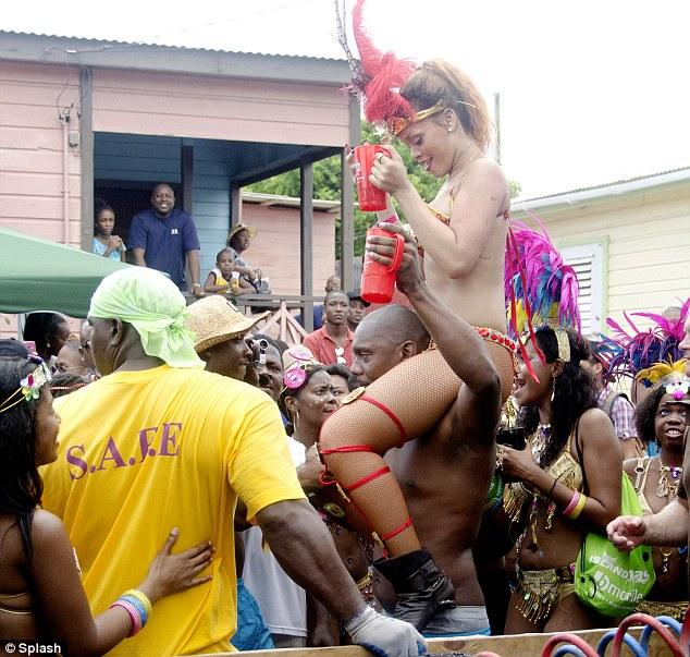 Rihanna, birçok hayranıyla, oldukça samimi pozlar sergiledi.