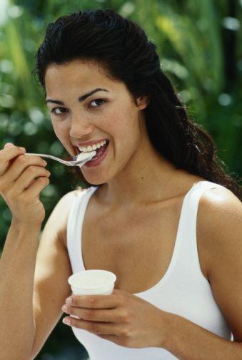 Yoğurttan vazgeçmeyin, cacık veya ayran olarak tüketmeye dikkat edin. Sıcak havalarda vücut ısısını dengelemeye yardımcı olabileceği gibi içine katacağınız taze maydanoz, dereotu, nane ile hem vitamin alımınızı artırmaya hem de doygunluk hissi sağlamaya yardımcıdır.