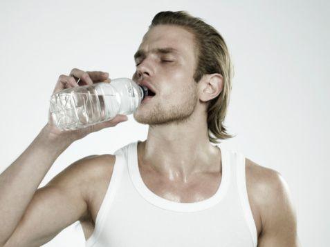 Su yerine meşrubat ya da meyve suları içmeyin. Artan su ihtiyacınızı karşılamak adına ilk seçiminiz su olmalıdır. Ancak serinlemek maksadıyla soğuk su içmekten kaçınmanızı öneririm, bu sizi anlık serinletirken uzun vadede vücut ısınızın daha da yükselmesine neden olacaktır.Vücuttan su atımını artıran alkol, gazlı içecek ve şeker katkılı meyve sularını tüketmeyin.   Su tüketmek keyifsiz geliyorsa içine bir iki damla meyve suyu veya meyve parçaları ekleyin, soğuk sıcak bitki çayları, kendi tadıyla pişmiş kompostolar, limonata, ayran, kefir, soda en doğru alternatifler olacaktır.   Unutmayın bitki çaylarını buzlu da içebilirsiniz, normal usul demledikten sonra buzlu su, limon, meyve dilimleri veya çubuk tarçınla damak zevkinize uygun tatlar yaratabilirsiniz. Yine kereviz, domates, salatalık, ıspanak suyu gibi sebze suları da tüketilebilir.