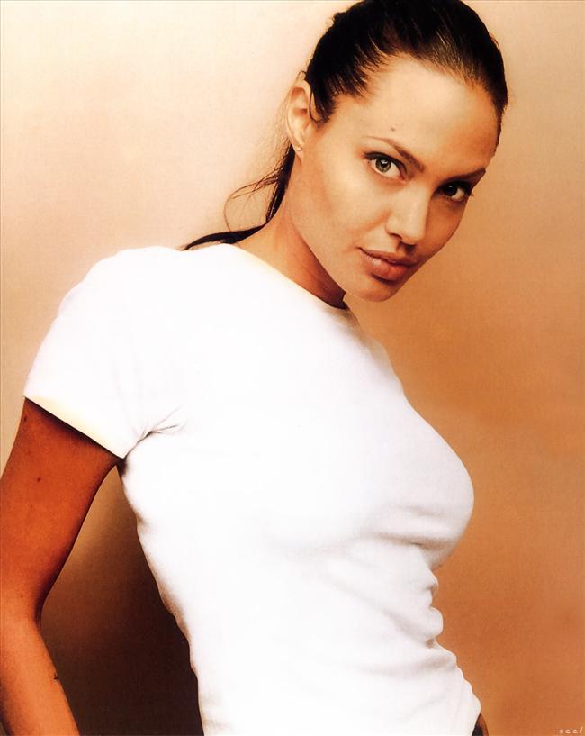 Hollywood'un en güzel kadınları arasında yer alan Angelina Jolie, şimdi de yeni bir unvana kavuştu. Londra'da yapılan bir kamuoyu araştırmasına göre; Jolie; dudakları, duruşu ve karakteri ile 'son 10 yılın ikonu' şeçildi. Dünyanın en yakışıklı ve en seksi oyuncularının başında gelen Brad Pitt'in, seksi ve güzel oluşu yüzünden Angelina Jolie'yi seçtiğini belirten araştırmaya katılanlar, listeye giren diğer güzelleri şöyle sıraladı.  1. Angelina Jolie