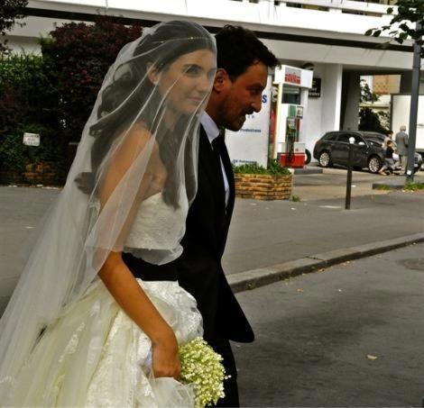 İkiz bebek beklediğini öğrenince evlilik hazırlıklarını hızlandıran Tuba Büyüküstün ve Onur Saylak 28 Temmuz'da Paris  Başkonsolosluğu'nda gerçekleşen törenle evlenmişti.