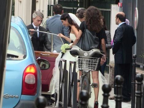 Çiftin nikahına aile bireyleri ve yakın dostlarının yanı sıra Büyüküstün'ün tanınmasında büyük pay sahibi olan Tomris Giritlioğlu'da katılmıştı.   Kaynak: Milliyet