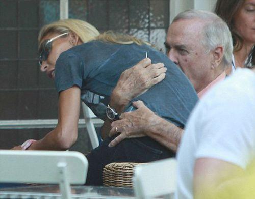 """""""Harry Potter"""", """"Pembe Panter"""" gibi pek çok efsane filmde rol olan 71 yaşındaki  John Cleese , 71 yaşına gelmesine rağmen hala formunda.  Kendisinden 31 yaş küçük sevgilisi  Jennifer Wade ile Londra'nın zenginler semti Chelsea'de bir restoranda görülen Cleese, sevgilisini bir dakika olsun rahat bırakmadı."""