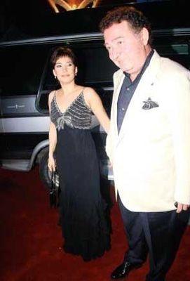 Türk pop müziğinin ustalarından Kayahan'ın da eşi İpek Acar ile arasında epey büyük bir yaş farkı var.