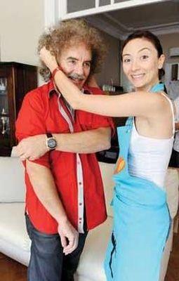 54 yaşındaki Köroğlu, geçen yaz 29 yaşındaki Ayşe Özgürkaya ile evlendi.