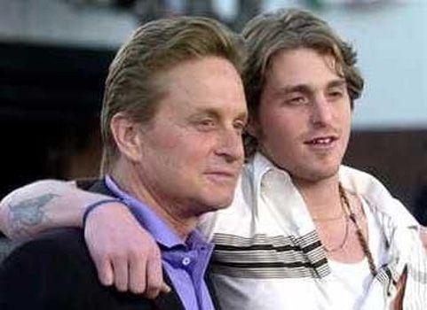 Michael Douglas'ın ilk eşinden olan oğlu Cameron 1978, eşi Zeta- Jones ise 1969 doğumlu.