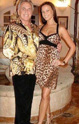 Dünya basınının adından en çok söz ettiren yaşlı kurtlarından biri de Peter Stringfellow. 69 yaşındaki Stringfellow, kendisinden 41 yaş genç dansçı Bella Wright ile aşk yaşıyor ve bunu da gözlerden saklamıyor.