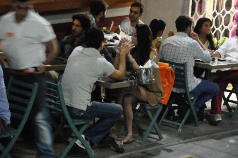 Daha önce Tuba Ünsal ve Özgü Namal'la yaşadığı aşklarla gündeme gelen oyuncu Murat Han, gönlünü manken Nur Gümüşdoğrayan'a kaptırdı.