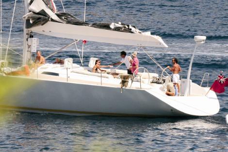 İtalya'da, 22 metre uzunluğunda 'Adastra' adında bir yat yaptıran Hakko, bunun için 1.5 milyon euro ödedi. Şimdi yeni yatıyla tatilin keyfini çıkarıyor.