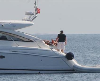 Fiyatı 300 bin euro olan ve Princess'in V55 modeli motoryattan Gökbakar iki adet satın almış.  VOLVO 700 HP dizel motora sahip olan bu tekneler , üç kamaralı, altı yatak kapasiteli ve saatte 32 mil hız yapıyor.