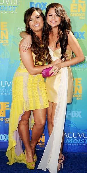 Selena Gomez mavi halıda krem rengi mini bir elbise ve Brian Atwood imzalı sandaletlerle yürüdü. Kendisi gibi Disney yıldızı olan Demi Lavato ile poz vermeyi de ihmal etmedi.