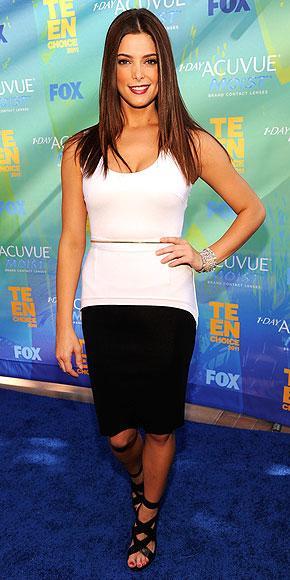Alacakaranlık serisinin oyuncularından Ashley Greene, siyah bluz ve beyaz kalem eteğiyle geceye katılmıştı.