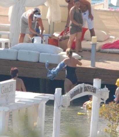 Gündoğan Gandil Otel'de çocukları ve annesiyle tatil yapan şarkıcı, aldığı tüm tedbirlere rağmen mayolu görüntülenmekten kurtulamadı.