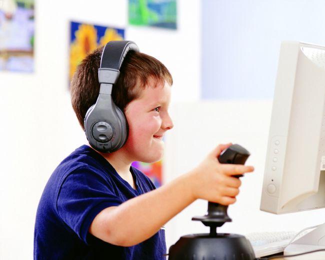 Bilgisayar oyunu bağımlılığının zararlarını ve tedavi yöntemlerini Reem Nöropsikiyatri Merkezi'nden Uzman Dr. Mehmet Yavuz anlatıyor…  Özellikle Öğrencileri Etkiliyor!  Bu durumun özellikle bilgisayar oyunu bağımlısı öğrencileri olumsuz etkilediğini belirten Dr. Yavuz, beyni oyun temposuna alışan öğrencilerin derslerine yoğunlaşamadığını ve başarısız olduklarını belirtti. Yavuz, oyun bağımlılığı nedeniyle oluşan dikkat dağınıklığı ve oyundaki hızdan kaynaklanan hiperaktiviteyle birlikte öğrencinin her şeyden sıkılır hale gelebileceğini vurguladı.