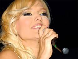 Ünlü şarkıcı Demet Akalın, iftarda Fatih'teki Oruç Baba'ya gidip sirke ve ekmek dağıttı.