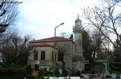 Hz Yuşa Türbesi  Hz. Musa'nın çağdaşı olan Yuşa Peygamber'in adı Kuran-ı Kerim'in Kehf Suresi'nde geçer.   Beykoz'da İstanbul'un en yüksek tepesinde yer alan 17 metrelik türbe, şehir merkezine uzak olmasına rağmen her türlü sıkıntı için yoğun ziyaretçi akınına uğrar. Dilekleri gerçekleşenler, türbeyi tekrar ziyaret edip küp şeker dağıtır.