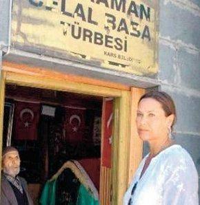 Hülya Avşar da sık sık türbeye giden isimlerden. Avşar, bir Kars ziyareti sırasında da Kars Kalesi'nin içindeki Kahraman Celal Baba Türbesi'nde dua etmişti.