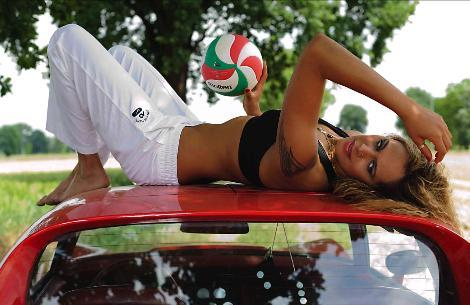 Acıbadem Fenerbahçe Bayan Voleybol Takımı'nın güzel oyuncularından Duygu Bal, 2012 yılı için hazırladığı takvim için objektif karşısına geçti.