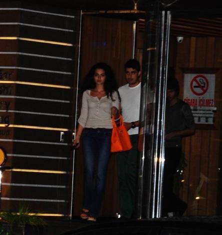 Bugüne kadar kız arkadaşıyla objektiflere hiç yakalanmayan İdo, önceki akşam Miss Turkey birincisi Melisa Aslı Pamuk'la görüntülendi.