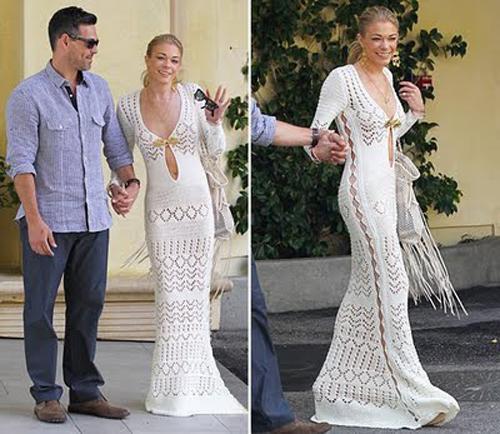 Emili Pucci markalı beyaz örgülü elbisenin orijinalinde önde dekolte bulunurken, ikoncanın elbise üzerinde oynamalar yaparak sırt dekoltesine ağırlık verdiği gözlendi.