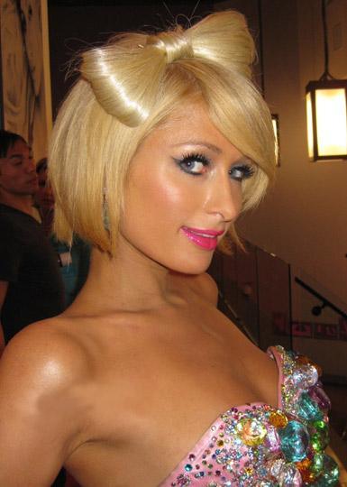Skandallar kraliçesi Paris Hilton, son günlerde şarkıcı Lady Gaga'yı adım adım takip edip tarzını taklit etmesiyle konuşuluyor.   İşte son günlerde ünlü mirasyedinin görünümü ve şov dünyasında kopya çekmeyi seven diğer ünlüler...