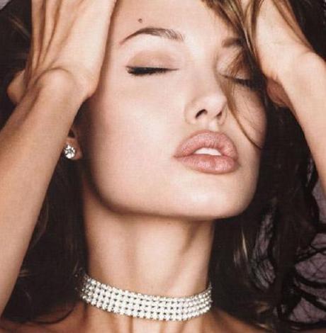Her ne kadar dünyanın en yakışıklı erkeği onun sevgilisi olsa da gittiği her yerde bütün gözler ona yönelse de Angelina Jolie'nin de kusurları var.   En büyük kusuru da dudak çevresini gölgeleyen kırışıklıkları. Henüz 32 yaşında olan Jolie'nin bu kırışıklıklarının aşırı kilo kaybı yüzünden olduğu konuşuluyor.