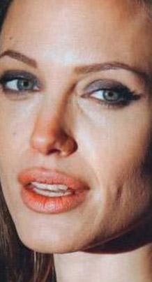 Jolie'nin kusurları bu kadar da değil. Güzel yıldız herkesin aklını başından alan dudaklarını kendisi pek beğenmiyor.   Çünkü Jolie dudaklarının üzerinde gereğinden fazla çizgi olduğunu yani o dillere destan dudaklarının fazla kırışık buluyor.