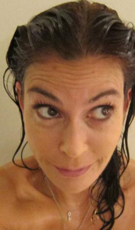Hatcher bir süre önce sosyal paylaşım sitesine duştan çıktıktan hemen sonra çektiği fotoğraflarını yüklemişti.