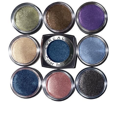 Makyaj için biri mor, diğeri mavi iki farklı renkte göz farına ihtiyacınız olacak. Bu iki renk göz farını karıştırın ve kaş diplerinizden alt kipriklerinizin diplerine kadar gözünüze kalın bir tabaka halinde sürün.